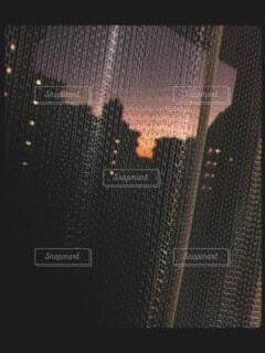 カーテン越しの夕日の写真・画像素材[4864430]