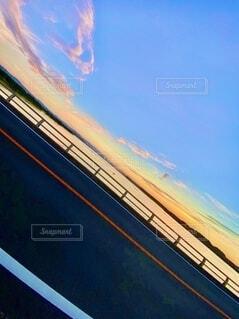 道路から撮った夕日の写真・画像素材[4873419]