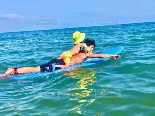 甥っ子初サーフィンの写真・画像素材[4939287]