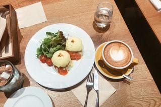 テーブルの上に食べ物のプレートの写真・画像素材[972827]