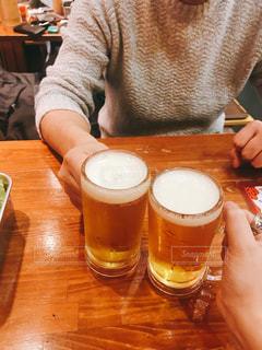 コーヒーやビール、テーブルの上のガラスのカップの写真・画像素材[972828]