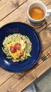 木製テーブルの上に座って食品のプレートの写真・画像素材[1290737]