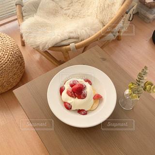 木のテーブルの上に座っている猫の写真・画像素材[3009535]