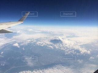 空中を高く飛ぶ飛行機の写真・画像素材[4874622]