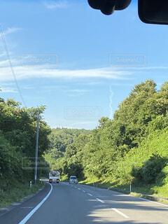 田舎道と漏斗雲の写真・画像素材[4861960]