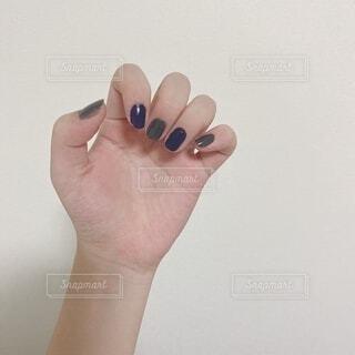 紫とグレーのセルフネイルの写真・画像素材[4862179]