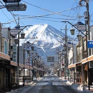富士山に近い街の写真・画像素材[4865744]
