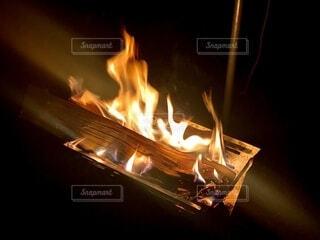 ゆらめく焚火の写真・画像素材[4863294]