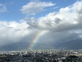 雲から覗く虹の写真・画像素材[4862778]