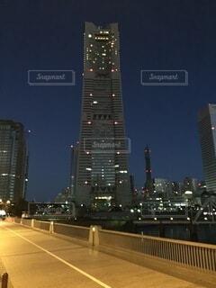 夜に明るくした街の写真・画像素材[4863262]