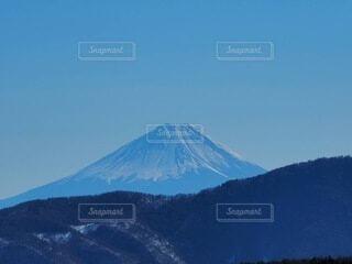 背景に大きな山の写真・画像素材[4863589]