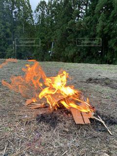 火の前に汚れが山積みの写真・画像素材[4864038]