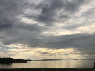水の体の上の空の雲の群れの写真・画像素材[4874289]