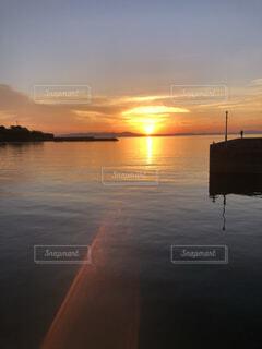 水の体に沈む夕日の写真・画像素材[4896066]