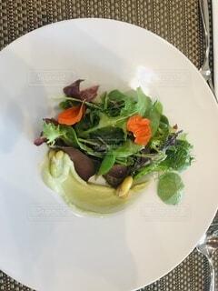 食べ物の皿をテーブルの上に置くの写真・画像素材[4869560]