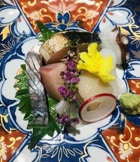 食べ物の皿をテーブルの上に置くの写真・画像素材[4869606]