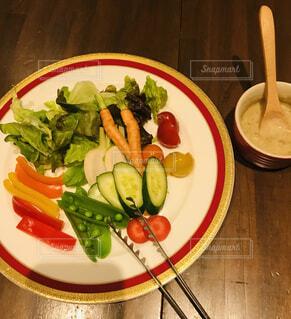食べ物の皿をテーブルの上に置くの写真・画像素材[4871138]