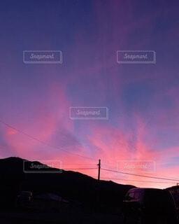 夕暮れの燃える空の写真・画像素材[4872160]