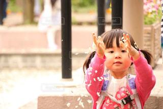立っている小さな女の子の写真・画像素材[2199868]