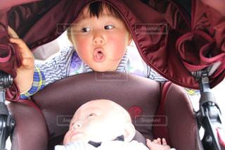赤ん坊を笑わせる姉の写真・画像素材[2199876]