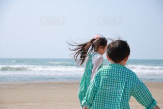 浜辺に立っている姉弟の写真・画像素材[2209431]