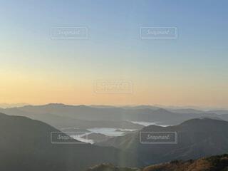 雪に覆われた山の眺めの写真・画像素材[4879390]