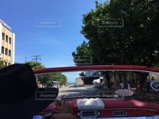 クラシックカーに乗って海までドライブの写真・画像素材[4880916]