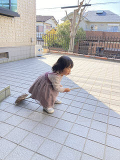 箒にまたがる少女の写真・画像素材[4873538]