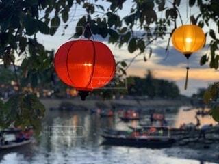 川と舟とランタンの写真・画像素材[4873259]