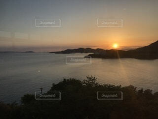 雲海に沈む夕陽の写真・画像素材[4873402]