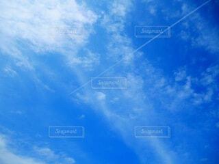 青空に飛行機雲の写真・画像素材[4872166]