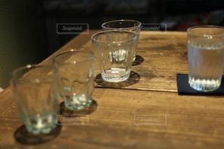 テーブルの上にガラスコップの写真・画像素材[4872271]
