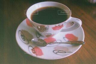 テーブルの上にコーヒーを一杯入れるの写真・画像素材[4875568]