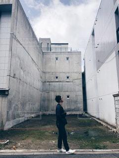 建物の前に立っている男の写真・画像素材[4875581]