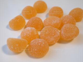 オレンジ色のグミの写真・画像素材[1462380]
