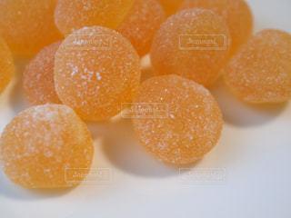 お皿の上のオレンジ色のグミの写真・画像素材[1462382]