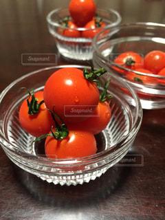 ガラスの器に入った新鮮なプチトマトの写真・画像素材[1462420]