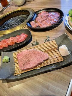 食べ物のお皿をテーブルの上に置くの写真・画像素材[4869918]