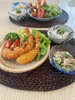 食べ物の皿をテーブルに置くの写真・画像素材[4869914]