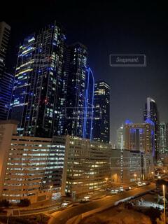 夜に明るくした街の写真・画像素材[4870636]