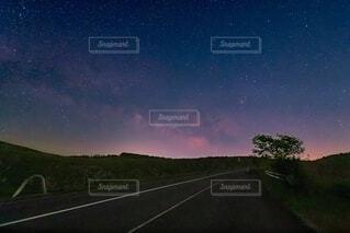秋吉台に流れる天の川の写真・画像素材[4868581]