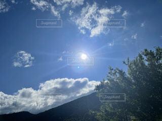 青い空と雲と山の写真・画像素材[4877902]