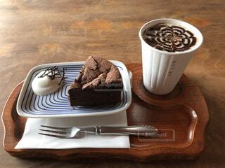 佐久島の古民家カフェでケーキとドリンクのセットを注文の写真・画像素材[4871007]
