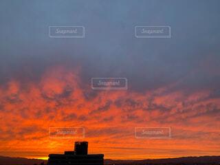夕日の前の雲の写真・画像素材[4873506]