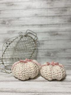 ワイヤー籠とピンクのかぼちゃの写真・画像素材[4870364]