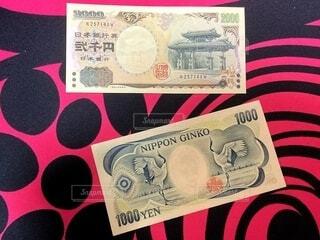 2000円札と夏目漱石の1000円札の写真・画像素材[4918775]