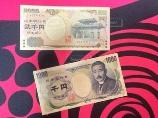 2000円札と旧1000円札の写真・画像素材[4918785]