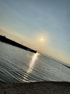 水の体に沈む夕日の写真・画像素材[4867685]