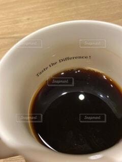コーヒーを一口、また一口の写真・画像素材[4875326]