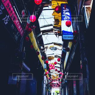 レトロな雰囲気の商店街の写真・画像素材[4874314]